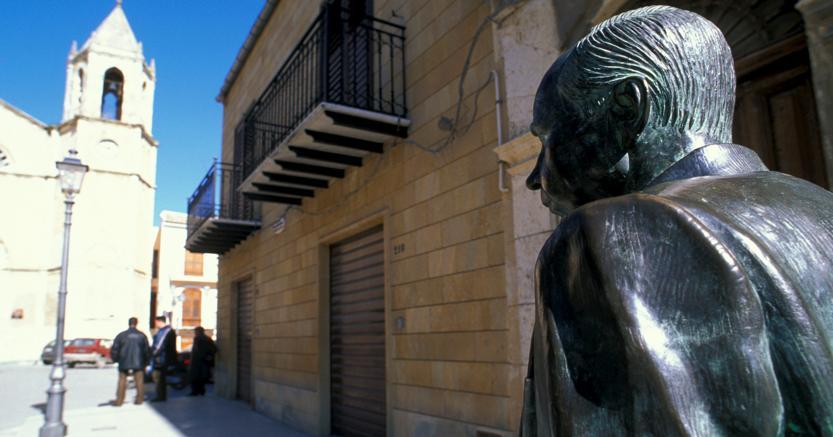 Una statua di Leonardo Sciascia a Racalmuto, il suo paese natale (Agf)