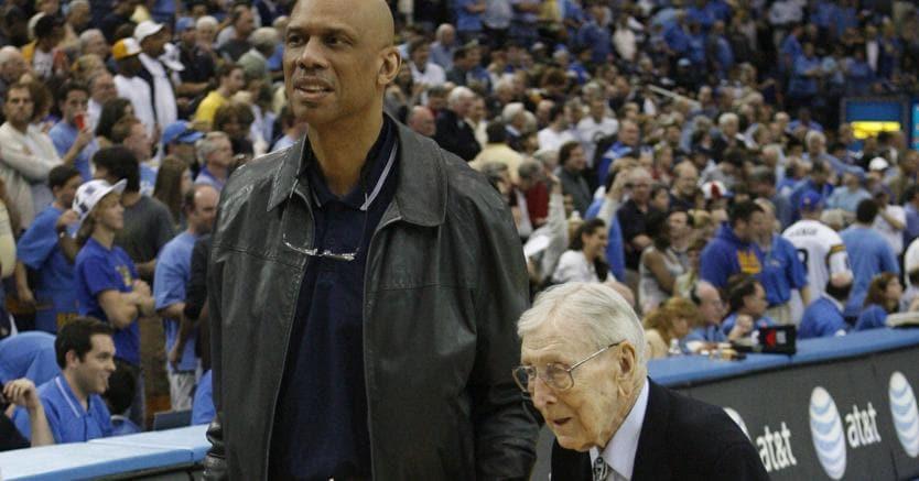 Il nero e il bianco.Kareem Abdul-Jabbar con il suo storico «coach», John Wooden (1910-2010) in una foto del 2007. Un'amicizia lunga 50 anni tra sport, politica e filosofia di vita
