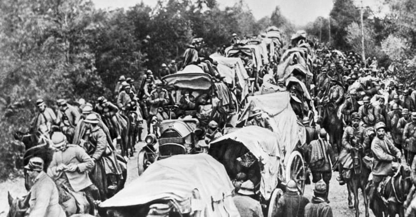Verso il fronte. Truppe italiane si muovono su una strada lungo l'Isonzo, durante la prima guerra mondiale