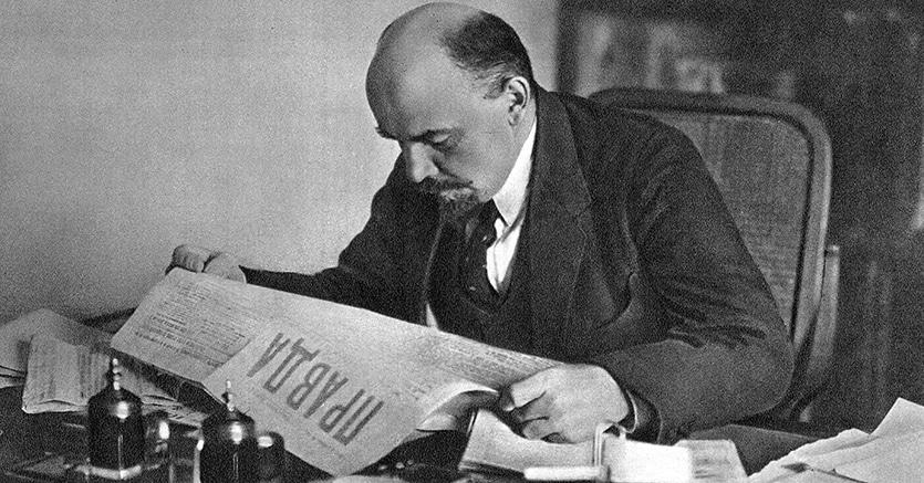 Vladimir Lenin intento nella lettura della «Pravda» in una foto del 1918 (Agf)
