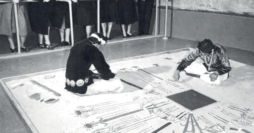 Pittore del West. L'immagine illustra le origini del «dripping» di Pollock. «Lavorare su quattro lati, ed essere letteralmente nel quadro. È un metodo simile a quello degli indiani del West che lavorano sulla sabbia», dice nel 1947, l'anno in cui realizza la «Foresta incantata»