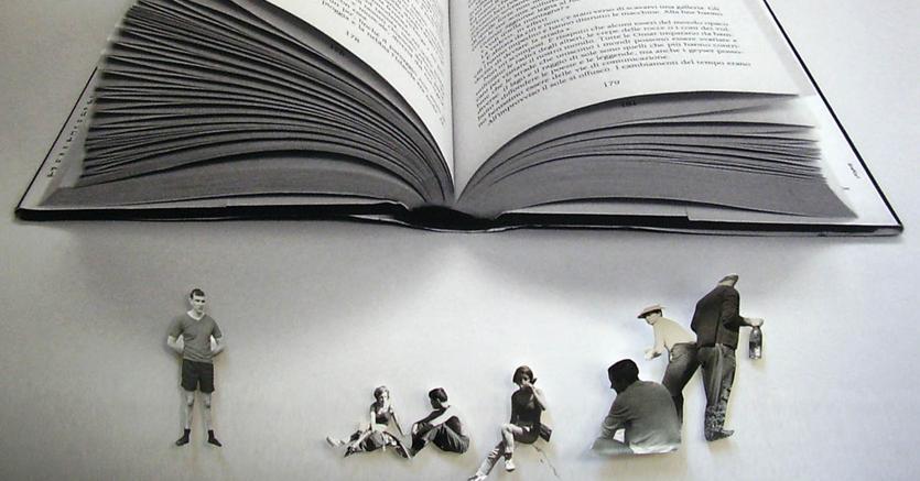 Nelle pieghe di un  libro.«Le Figure del Romanzo» un'opera di Meri Gorni, artista che da anni lavora sulle parole e sul rapporto tra arte e scrittura, e di cui è appena stato pubblicato «Debito d'amore», lettere illustrate a pensatori, scrittori e personaggi delle loro opere (Campanotto, Pasian Di Prato, pagg. 112, € 15)