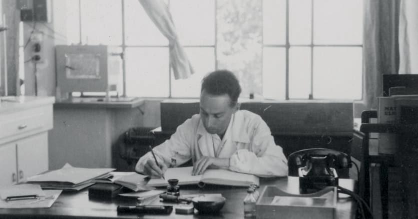 Levi nel suo ufficio alla Siva. 1952