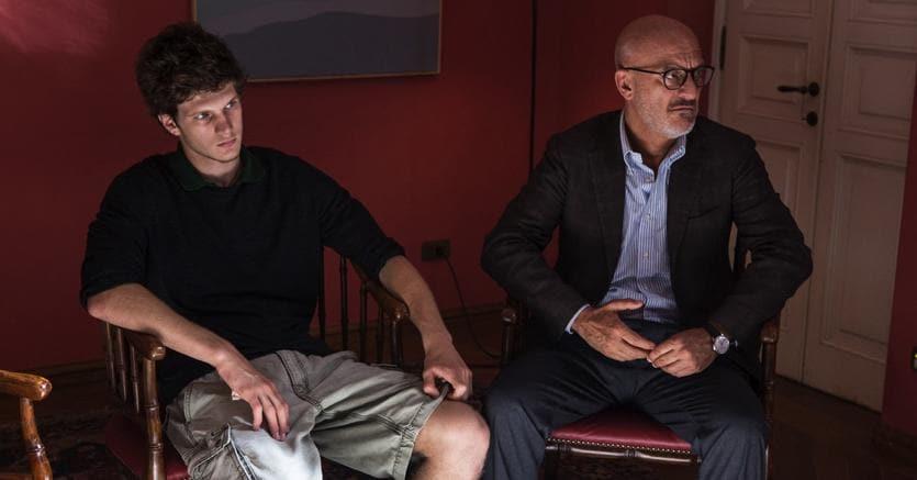 Da sinistra, Gaddo Bacchini (Tito Selva) e Claudio Bisio (Giorgio Selva)in «Gli sdraiati» di Francesca Archibugi