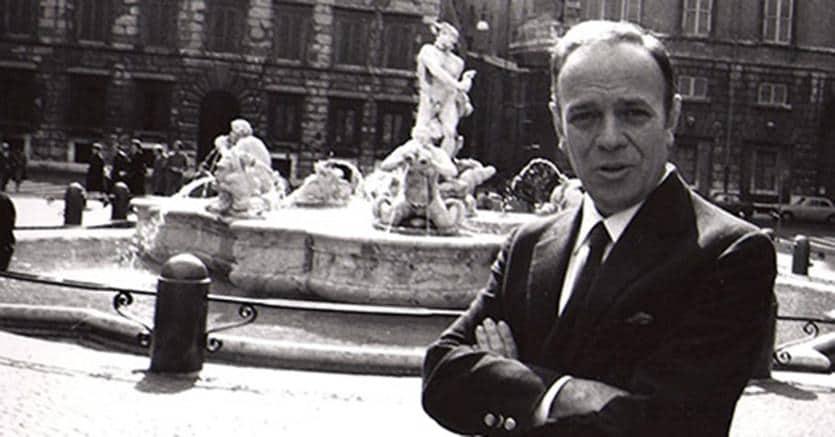 Giuliano Briganti in Piazza Navona. (Archivio fotografico Luisa Briganti)