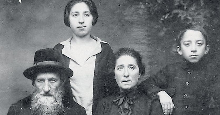 Moshe Kleiner, 11 anni, con i genitori David e Zippora e la sorella Rivka (foto del 1925)