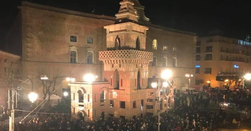 Piazza Vittorio Veneto: la sera di venerdì 19, alle 19,19 manca un anno esatto dalla proclamazione di Matera 2019. Materani radunati in piazza sotto l'architettura di cartone costruita da bambini e adulti in 24 ore