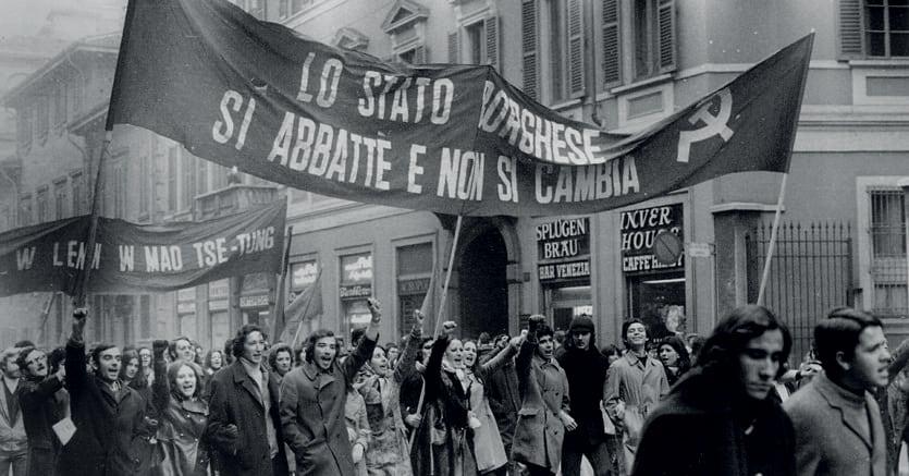 A Milano. Un momento della manifestazione studentesca nel '68 (Fotogramma)