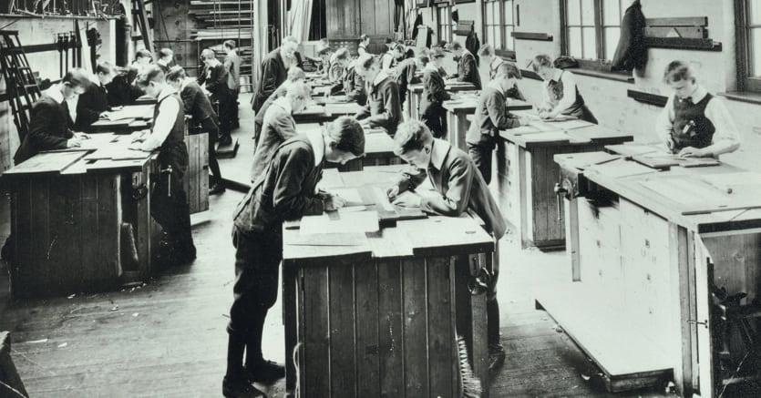 A lezione.Una classe di ragazzi in un laboratorio, Hackney Downs School, Londra, 1911 (Agf)