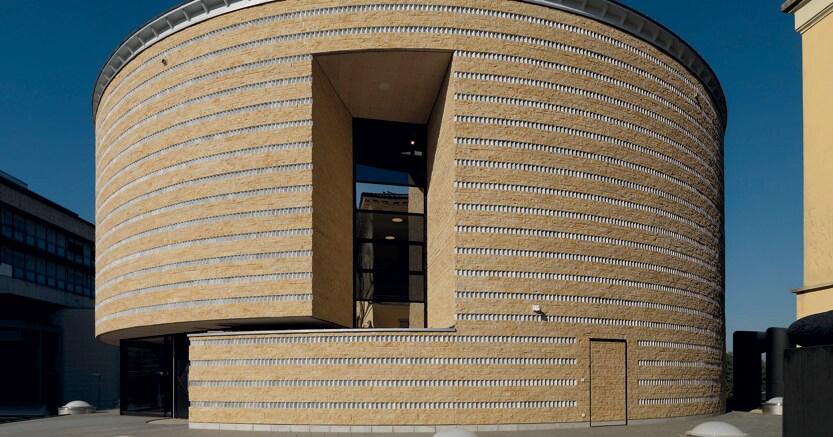 Tamburo di pietra. Il Teatro dell'architettura sorge nel Campus universitario dell'Accademia di architettura di Mendrisio. L'edificio, a pianta circolare, ha un diametro di 27 metri con due livelli interrati e tre fuori terra, e rimanda alla tipologia del Teatro anatomico. La superficie totale è di circa 3mila metri quadrati e il volume di oltre 17mila metri cubi