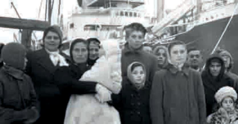 Prima di imbarcarsi. Profughi in attesa di salire sul «Toscana» che li portava da Pola a Venezia