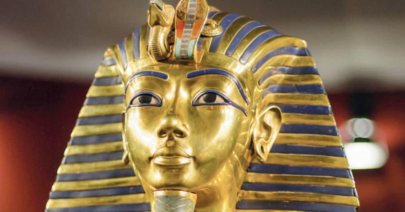 Abbagliante.Particolare della maschera di Tutankhamon (1332–1323 a.C.), costituita da due strati d'oro, vetri colorati e gemme