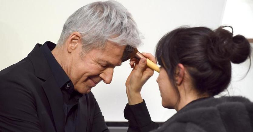 Claudio Baglioni al trucco (Ansa)