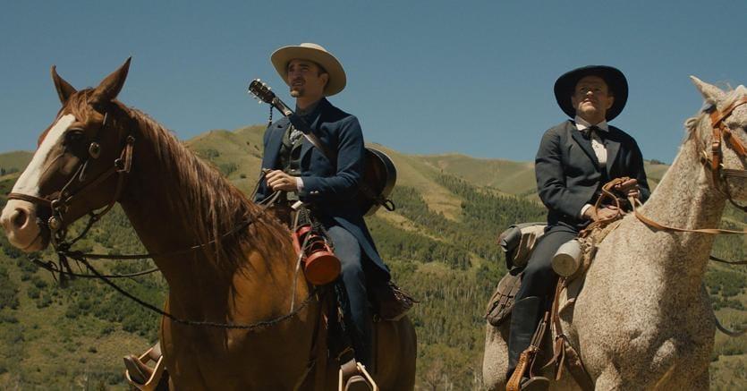 "Robert Pattinson  (a sinistra) e David Zellner in una scena del film ""Damsel"" (Epa)"