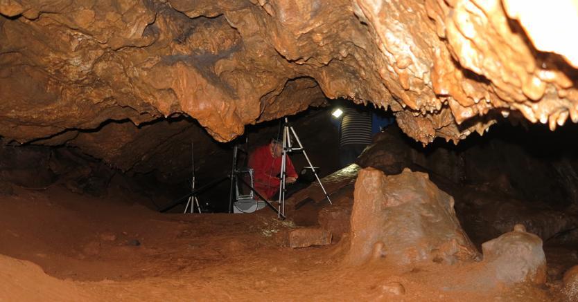 Ricercatori all'opera nella grotta di Maltravieso (Afp)