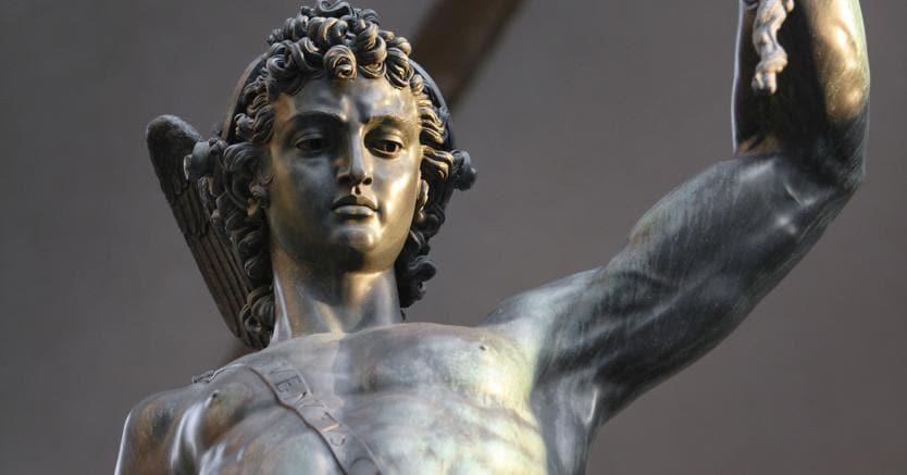 """Il doppio stupro. La statua di Benvenuto Cellini che ritrae Perseo con la testa mozzata di Medusa è stata appropriata dai sostenitori di Donald Trump che hanno sostituito  il volto di Perseo con quello del loro """"eroe,"""" e la testa di Medusa con quella di Hillary Clinton"""