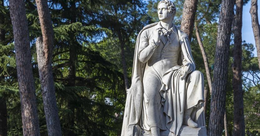 Sul Pincio. La statua di Byron sul Pincio  è modellata su quella che Bertel Thorvaldsen scolpì a Roma nel 1831. Il poeta siede su una colonna rotta con una copia di Childe Harold's Pilgrimage in mano, la civetta di Minerva da un lato e l'aquila di Giove dall'altro. L'originale è nella libreria del Trinity College a Cambridge