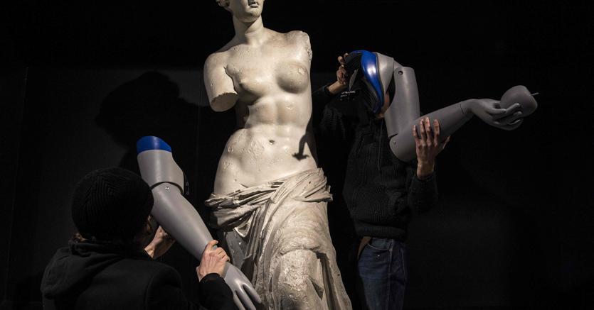 Handicap umanistico.Pesanti protesi tecnologiche per una copia della Venere di Milo, collocata nella stazione Louvre-Rivoli della metro di Parigi. L'accorpamento di istituti che non hanno nulla in comune per quanto riguarda storia, metodologia, ricerche e pubblicazioni, rischia di nuocere al prestigio culturale  italiano