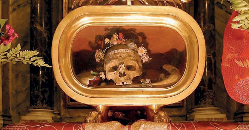 A roma. Il  teschio di San Valentino nella  Basilica di   Maria in Cosmedin