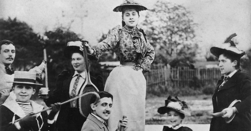 Mondano.Marcel Proust in ginocchio davanti a Jeanne Pouquet (da cui trasse ispirazione per il personaggio di Gilberte), in piedi sulla sedia, al Tennis di Boulevard Bineau a Neully nel 1892