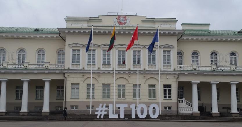 Il palazzo presidenziale di Vilnius, con il numero 100 che celebra l'indipendenza dal 1918. (Le foto  sono di Eliana Di Caro)