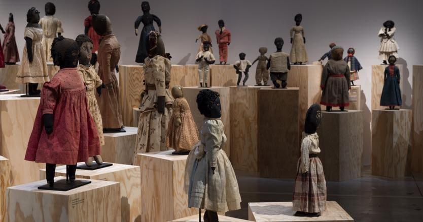 Materiali di recupero.La collezione di Black Dolls di Deborah Neff, presentata alla galleria La maison rouge, a Parigi, fino al 20 maggio. Foto di Ellen McDermott, New York City
