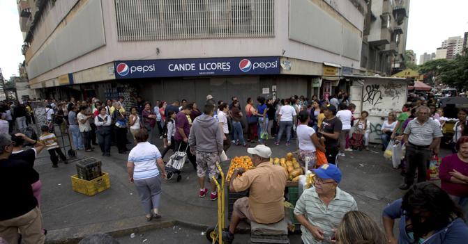 Code fuori dai supermercati di Caracas (Ap)