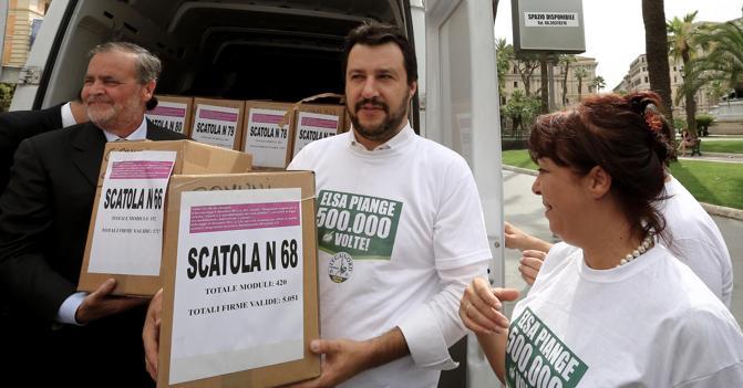 Roberto Calderoli e Matteo Salvini con le firme raccolte per i cinque referendum in una foto dello scorso giugno (Ansa)