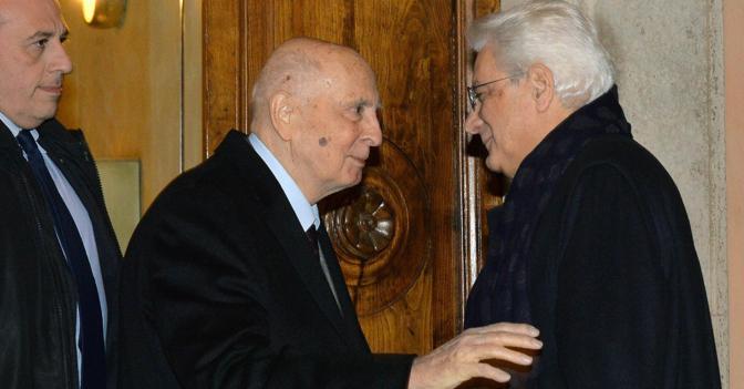 Il saluto tra Giorgio Napolitano e Sergio Mattarella (Ansa)