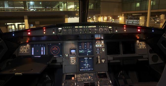 «Un pilota chiuso fuori dalla cabina, cercò di abbattere la porta» scrive il Nyt