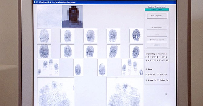 Fotosegnalazione e raccolta delle impronte digitali degli stranieri (Fotogramma)