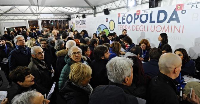 La registrazione dei partecipanti alla Leopolda a Firenze (Ansa)