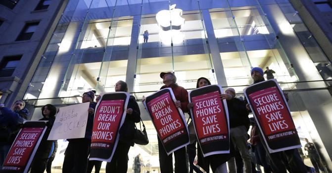 Sostenitori dell'azienda di Cupertino nella battaglia contro l'Fbi nella vicenda San Bernardino (AP Photo)