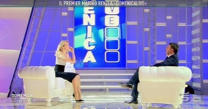 Un fermo immagine tratto da Domenica Live mostra il presidente del Consiglio Matteo Renzi intervistato dalla conduttrice Barbara D'Urso (Ansa)