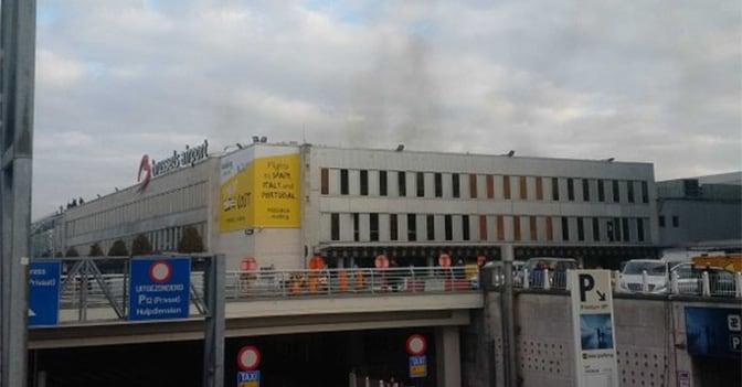 Fumo fuoriesce dall'aeroporto di Bruxelles (Daniela Schwarzer /Twitter)