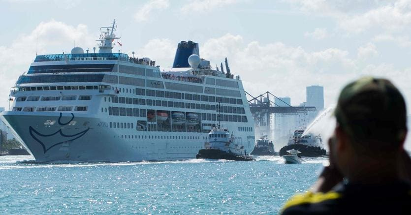 La nave da crociera Adonia in partenza dal porto di Miami Beach (AFP Photo)
