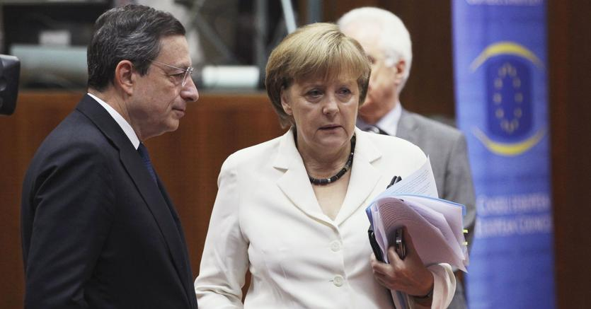 Mario Draghi e Angela Merkel (Epa)