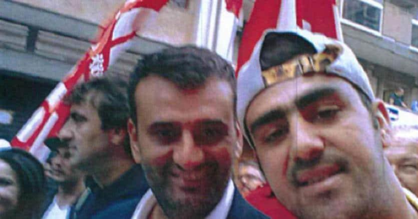 Uno dei presunti terroristi fermati a Bari, Hakim Nasiri (D), in una foto scattata insieme al sindaco di Bari, Antonio Decaro, durante la cosiddetta Marcia degli Scalzi del 10 settembre 2015, contenuta negli atti giudiziari. ANSA
