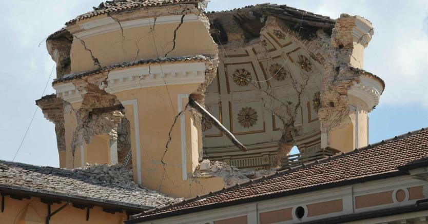 La cupola della chiesa Santa Maria del Suffragio (Chiesa del Purgatorio o delle Anime Sante), di Giuseppe Valadier, nel centro storico dell'Aquila, crollata completamente nel sisma. (Ansa)