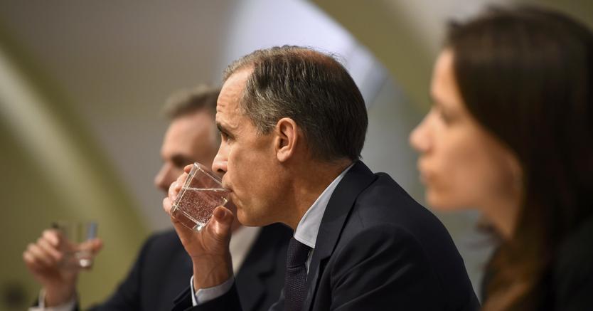 Il governatore della Banca d'Inghilterra Mark Carney (al centro) durante la conferenza stampa sull'Inflation Report