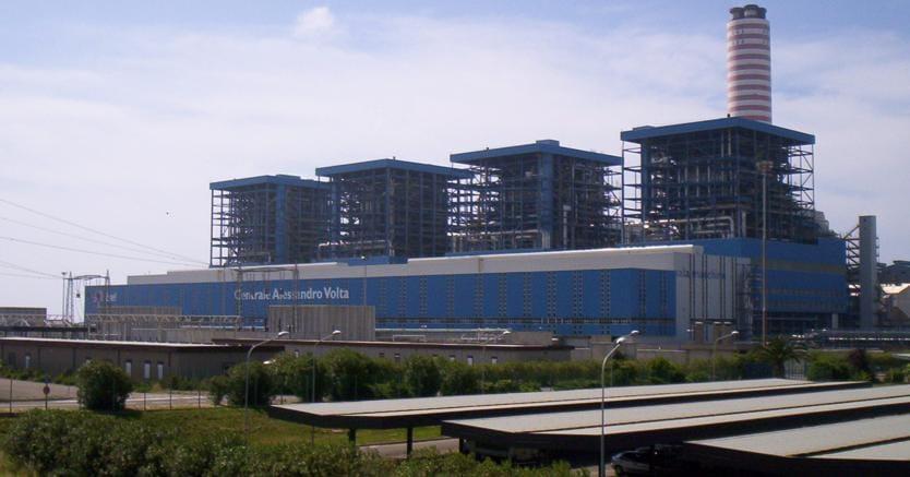 La centrale Enel di Montalto di Castro (Viterbo) in un'immagine recente. L'impianto, oggi spento, fa parte di una serie di centrali che l'Enel si appresta a dismettere