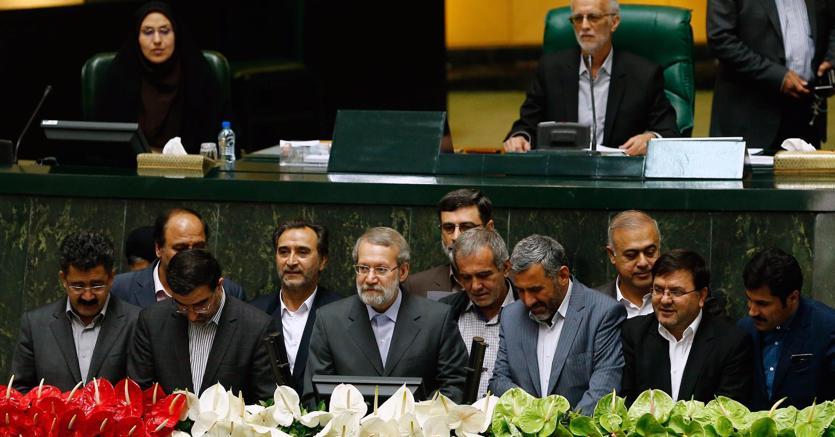 Il moderato Ali Larijani (al centro)è stato eletto domenica presidente del parlamento iraniano