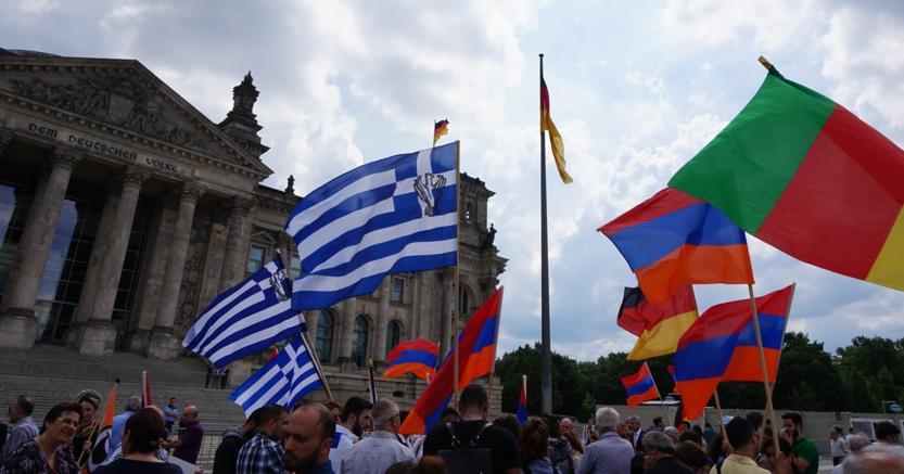 Manifestanti davanti al  Bundestag