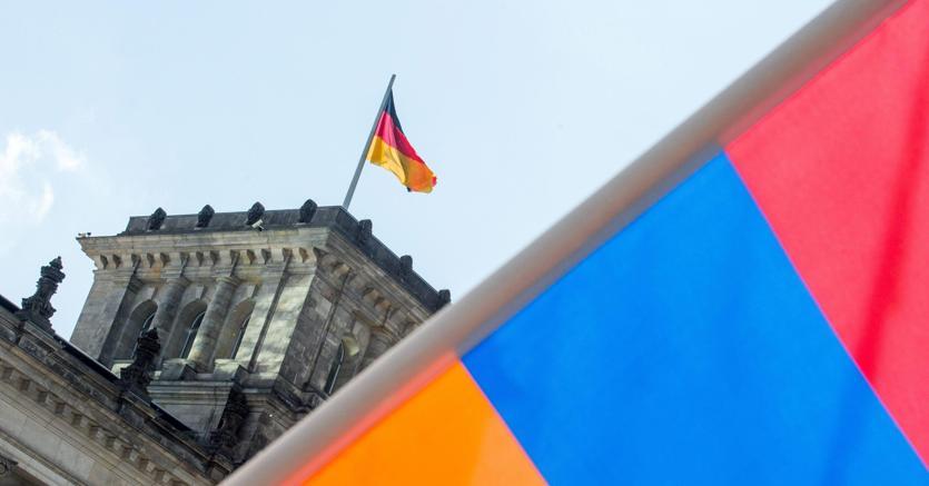 La bandiera armena davanti al palazzo del Reichstag a Berlino - Epa
