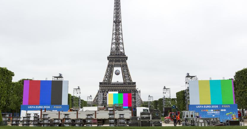 L'allestimento di maxischermi sugli Champs de Mars, sullo sfondo la Tour Eiffel. (Ap)
