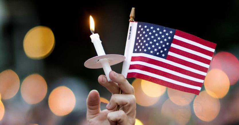 Strage di Orlando, Barack Obama depone i fiori al Pulse