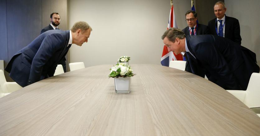 Il presidente del Consiglio europeo Donald Tusk (a sinistra)in un incontro di febbraio col premier britannico Cameron