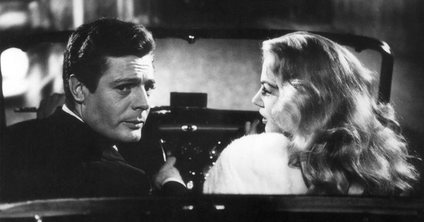 """Marcello Mastroianni e Anita Ekberg sulla Triumph TR3A nel film """"La dolce vita"""" di Federico Fellini (Olycom)"""