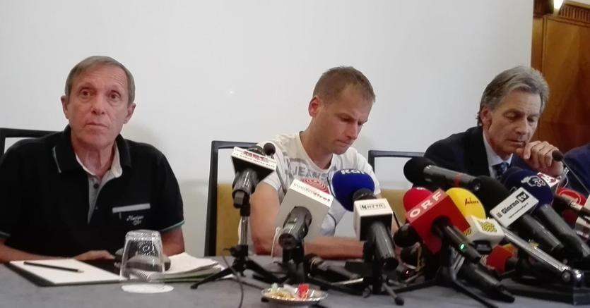 Schwazer (al centro) durante la conferenza stampa (Ansa)