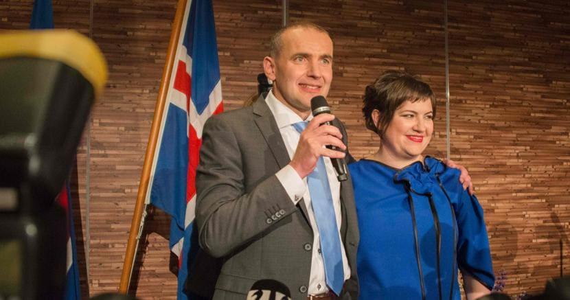 Gudni Johannesson accanto alla moglie Eliza Reid. Foto Afp